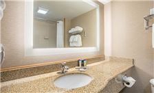 Wingate by Wyndham Universal Studios & Convention Center Room - Guest Bathroom